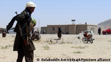 Ein Taliban-Kämpfer mit einer Wassermelone patrouilliert in der Stadt Ghazni südwestlich von Kabul, Afghanistan. Die Taliban haben am Freitag ihre Offensive im Süden des Landes abgeschlossen und in einer Blitzoffensive vier weitere Provinzhauptstädte eingenommen, die Kabul allmählich einkreisen, nur wenige Wochen bevor die USA ihren zwei Jahrzehnte währenden Krieg offiziell beenden wollen. UN-Generalsekretär António Guterres hat die militant-islamistischen Taliban zur sofortigen Einstellung ihres gewaltsamen Vormarsches in Afghanistan aufgerufen. «Die Macht durch militärische Gewalt an sich zu reißen ist ein zum Scheitern verurteiltes Vorgehen», sagte Guterres. +++ dpa-Bildfunk +++