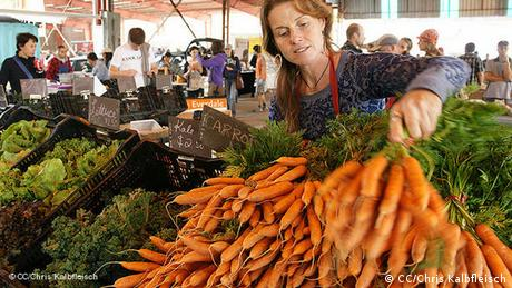 fresh carrots for sale at the farmers market (CC/Chris Kalbfleisch)