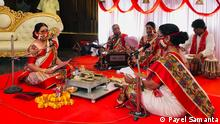 Female Priest is conducting marriage ritual Details: Nandini Bhowmick performing as priest Tag: India, Kolkata, Priest, Marriage, Female, Woman Copyright: Payel Samanta