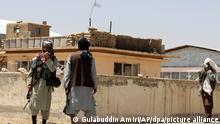 Taliban-Kämpfer halten Wache in der Stadt Ghazni südwestlich von Kabul, Afghanistan. Die Taliban haben am Freitag ihre Offensive im Süden des Landes abgeschlossen und in einer Blitzoffensive vier weitere Provinzhauptstädte eingenommen, die Kabul allmählich einkreisen, nur wenige Wochen bevor die USA ihren zwei Jahrzehnte währenden Krieg offiziell beenden wollen. UN-Generalsekretär António Guterres hat die militant-islamistischen Taliban zur sofortigen Einstellung ihres gewaltsamen Vormarsches in Afghanistan aufgerufen. «Die Macht durch militärische Gewalt an sich zu reißen ist ein zum Scheitern verurteiltes Vorgehen», sagte Guterres. +++ dpa-Bildfunk +++