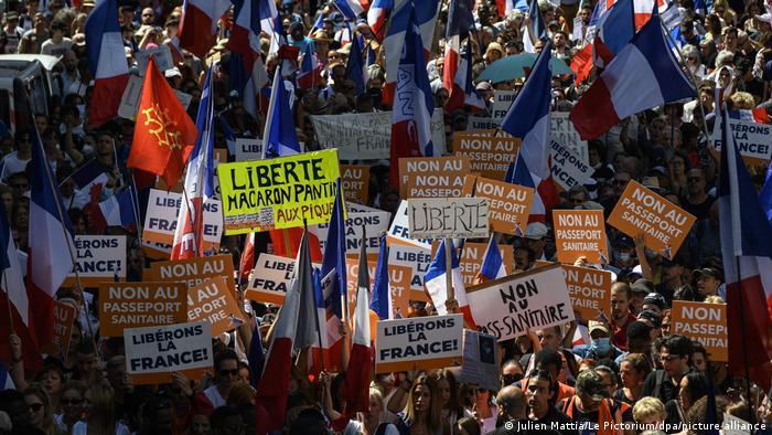 Протесты в Париже против мер по борьбе с коронавирусом