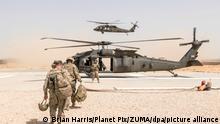 ARCHIV - US-Soldaten machen sich am 31.05.2017 in Kundus (Afghanistan) zum Abflug in einem Hubschrauber vom Typ UH-60 Blackhawk bereit. (zu dpa «Nato-Verteidigungsminister beraten über Truppenpläne für Afghanistan» vom 28.06.2017) Foto: Brian Harris/Planet Pix/ZUMA/dpa +++ dpa-Bildfunk +++