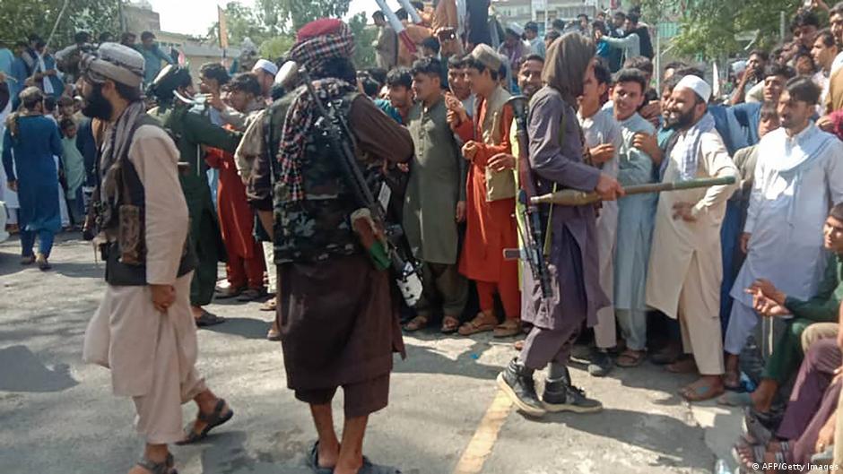 Талибы и местные жители в Джелалабаде 15 августа