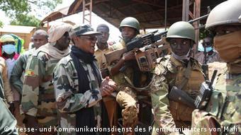 Le premier ministre Choguel Kokalla Maïga aux côtés de l'armée