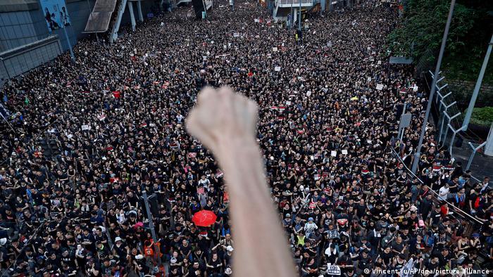 Участник митинга в Гонконге поднял сжатый кулак