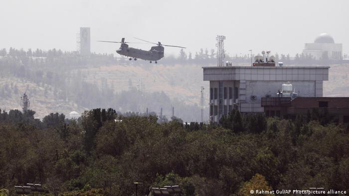 Elicopterul decolând de pe acoperișul ambasadei SUA din Kabul
