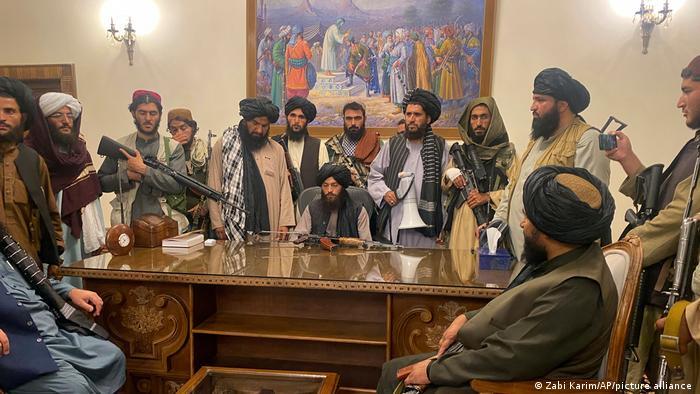 Боевики Талибана в президентском дворце в Кабуле