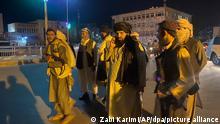 15.08.2021, Afghanistan, Kabul: Taliban-Kämpfer stehen in der Nähe des Präsidentenpalastes. Nur wenige Stunden nach der Flucht des afghanischen Präsidenten Ghani haben Kämpfer der militant-islamistischen Taliban den Präsidentenpalast in der Hauptstadt Kabul eingenommen. Foto: Zabi Karimi/AP/dpa +++ dpa-Bildfunk +++