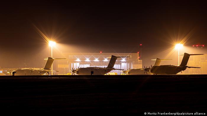 Batılı ülkeler askeri uçaklarla diplomatik personelini tahliye ediyor.