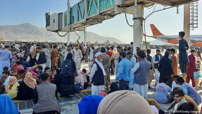Afghanistan Kabul | Menschenmassen am Flughafen in Kabul