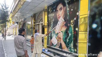 Οι Αφγανοί καλύπτουν βιτρίνες με πρόσωπα γυναικών