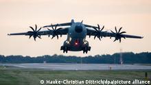 Ein Transportflugzeug vom Typ Airbus A400M der Luftwaffe hebt am frühen Morgen auf dem Fliegerhorst Wunstorf in der Region Hannover ab. Angesichts des rasanten Vormarschs der Taliban in Afghanistan will die Bundeswehr mit der Evakuierung deutscher Staatsbürger und afghanischer Ortskräfte aus Kabul beginnen. +++ dpa-Bildfunk +++