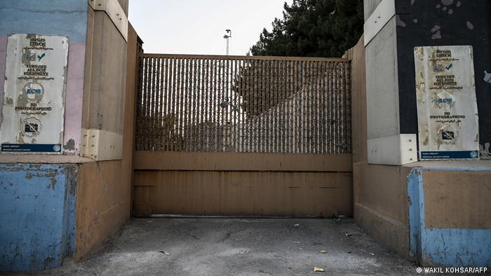 پس از عقبنشینی نیروهای ائتلاف بینالمللی از افغانستان، دیگر رسیدن به قدرت برای طالبان سخت نبود. آمریکا کارکنان خود از سفارتش در کابل را بیرون کشید و گفته میشود، تنها تعداد معدودی از کارکنان سفارت در مرکزی دیپلماتیک در فرودگاه کابل باقی ماندهاند. ارتش آلمان نیز خروج نیروهای نظامی این کشور و همکاران محلی افغان آنها از کابل را آغاز کرده است.