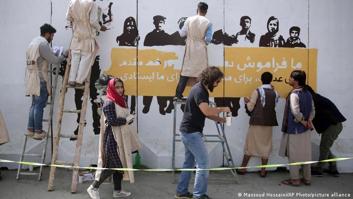Kabuler Künstler malen gemeinsam an einem Wandbild