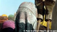 Movie Scene Film: Kandahar The Sun Behind The Moon 2001 Director: Mohsen Makhmalbaf 11 May 2001 Reise nach Kandahar Safar e Gandehar/Kandehar/The Sun Behind The Moon, IRN/FR 2001, Regie: Mohsen Makhmalbaf Szene / Afghanistan, Frau mit Schleier, verschleiert PUBLICATIONxINxGERxSUIxAUTxONLY Copyright: MaryxEvansxAFxArchivexBacxFilms 12609447 editorial use only
