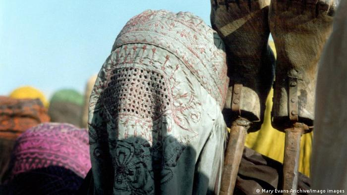 Szene aus Kandahar (2001) - eine Frau, die eine Burka trägt