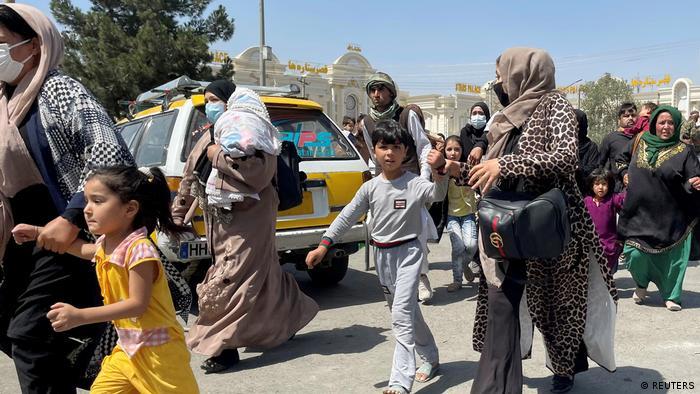 Warga Kabul berupaya menyelamatkan diri