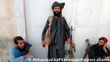 Taliban-Kämpfer sitzen neben ihren Waffen. Die militant-islamistischen Taliban weiten ihren schnellen Vormarsch weiter aus. Mit Faisabad sei die Hauptstadt der nordöstlichen Provinz Badachschan in die Hände der Islamisten gefallen, bestätigten ein Provinzrat und ein Parlamentsvertreter der Provinz der Deutschen Presse-Agentur am Mittwoch. +++ dpa-Bildfunk +++
