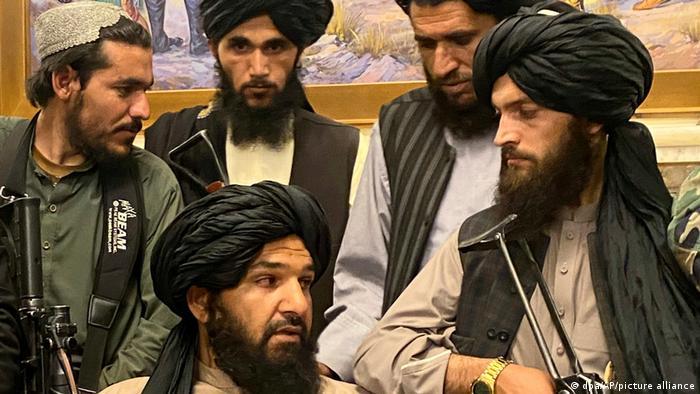 Afganistan'daki devlet başkanlığı sarayını ele geçiren Taliban savaşçıları