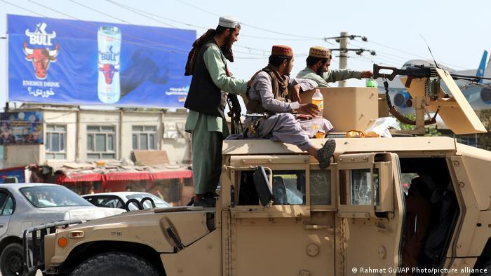 Milicianos talibanes a bordo de un Humvee.