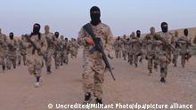 Das Standbild eines undatierten Propaganda-Videos, welches von der Terrormiliz Islamischer Staat (IS) am 19.05.2017 ins Internet gestellt wurde und über die Associated Press am 10.06.2017 zur Verfügung gestellt wurde, zeigt IS Kämpfer in Deir ez-Zor (Syrien). (ACHTUNG: Bestmöglich verfügbare technische Qualität) Foto: Uncredited/Militant Photo/AP/dpa Foto: Uncredited/Militant Photo/dpa +++ dpa-Bildfunk +++