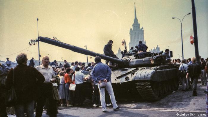 У дома правительства РФ в Москве, август 1991 года