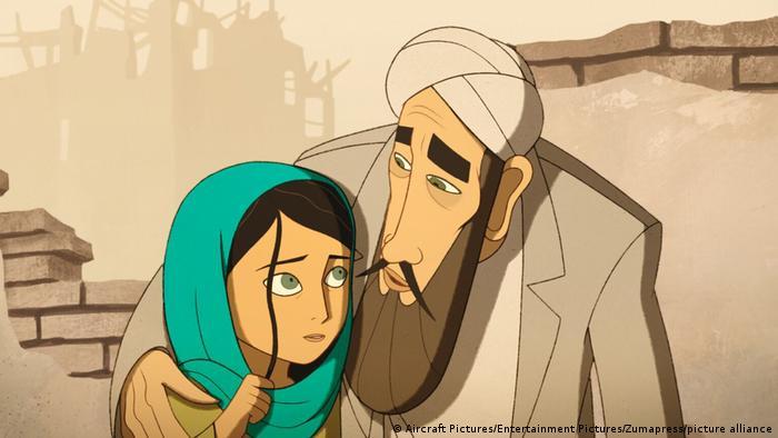 Szene aus Der Brotverdiener: gezeichnete Figuren, ein junges Mädchen mit einem Schal um den Kopf wird von einem älteren Mann in afghanischer Tracht im Arm gehalten