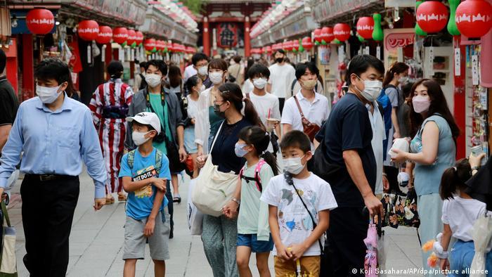 Люди в масках в торговом центре в столице Японии
