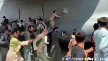 Hunderte Menschen laufen neben einer Boeing C-17 der United States Air Force, die auf dem Rollfeld des Kabul International Airport fährt. Zahlreiche Afghanen, die sich nach der Machtübernahme der Taliban in Sicherheit bringen wollen, versuchten auf dem Flughafen in Flugzeuge zu gelangen und blockierten die Landebahn. Nach der Machtübernahme der Taliban in Afghanistan haben Deutschland und andere westliche Staaten begonnen, in großer Eile ihre Staatsbürger und gefährdete afghanische Ortskräfte auszufliegen. +++ dpa-Bildfunk +++