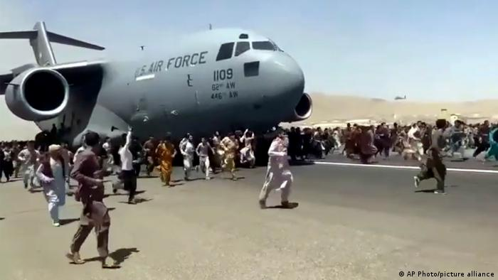 Milhares de afegãos se amontoavam no aeroporto de Cabul na esperança de embarcar em qualquer voo para fora do país, no dia seguinte à tomada do poder pelo Talibã. Imagens dramáticas mostravam com civis tentando desesperadamente e embarcar em aviões e escapar da cidade, no dia seguinte ao colapso do governo. (16/08)