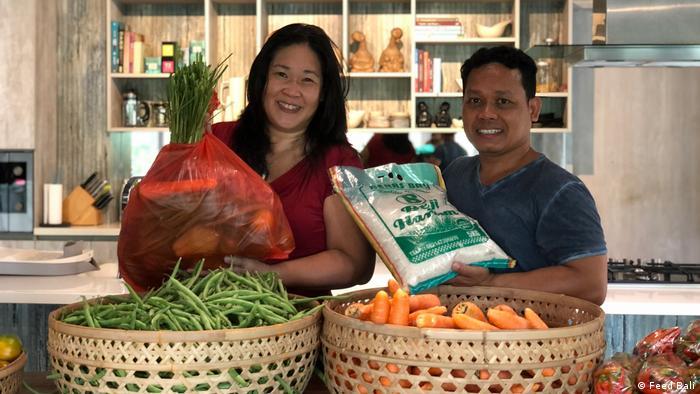 Adi dan Frances Ardika, inisiator gerakan Feed Bali dengan paket sembako yang mereka bagikan.