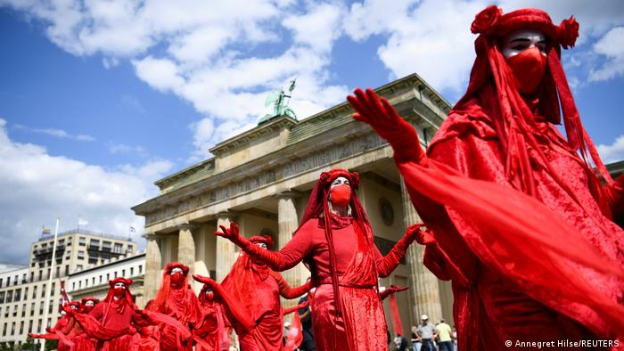 """Članovi pokreta """"Extinction Rebellion"""" ispred Brandenburške kapije u Berlinu zahtevaju odlučnije korake u borbi protiv klimatskih promena. To je samo početak """"Nedelje protesta"""" ekoloških aktivista u glavnom gradu Nemačke."""
