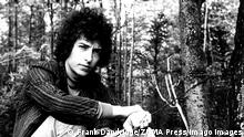 Circa 1965, New York, New York, USA: Singer BOB DYLAN sits in a park forest. American singer-songwriter, author and visual artist Bob Dylan is regarded as one of the greatest songwriters of all time. Dylan has been a major figure in popular culture during a career spanning nearly 60 years. New York USA PUBLICATIONxINxGERxSUIxAUTxONLY - ZUMAg49_ 19650101_mus_g49_335 Copyright: xFrankxDandridgex