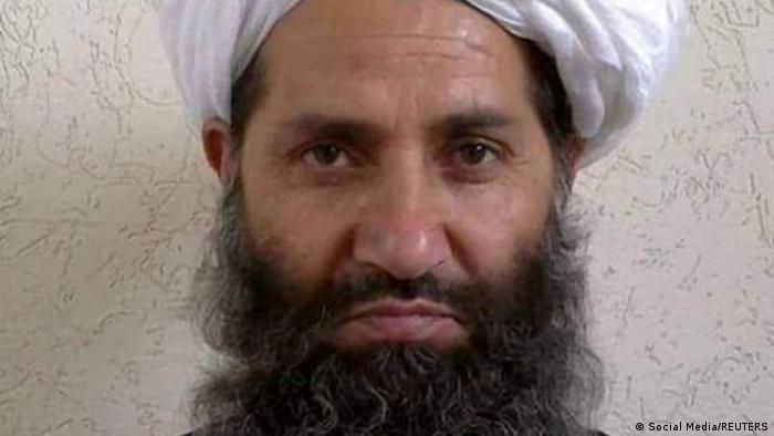 این عکس تنها عکس موجود از رهبر طالبان است. آخوندزاده از قوم نورزی و پشتون استژ او متولد سال ۱۹۶۰ در منطقه پنجوایی قندهار است. آخوندزاده جانشین اختر محمد منصور، رهبر قبلی گروه طالبان است که در سال ۱۳۹۵ در حمله هوایی آمریکا در خاک پاکستان کشته شد. او سابقه نظامی ندارد اما مسئول دادگاههای نظامی طالبان بوده است و گفته میشود بیشتر فتواهای طالبان را او صادر میکند.