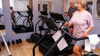 Senioren trainieren im Fitnesstudio auf Laufbändern