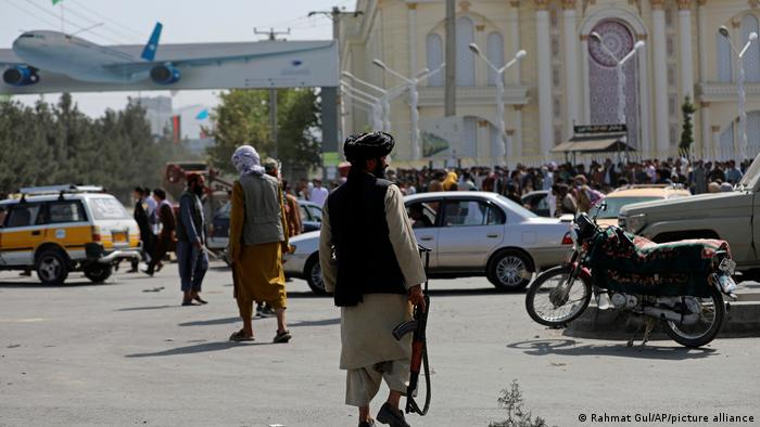 Suasana kacau balau di bandara internasional Kabul setelah Taliban menguasai ibukota Afganistan itu.