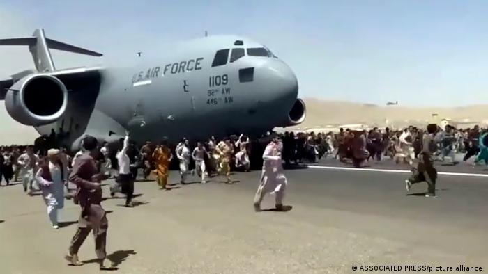 Suasana dramatis warga Afganistan yang putus asa berusaha naik pesawat militer AS