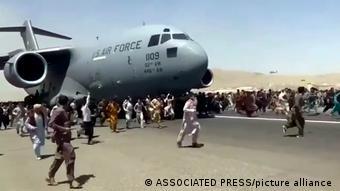 Афганцы, бегущие от талибов, у самолета ВВС США в Кабуле, 16 августа 2021