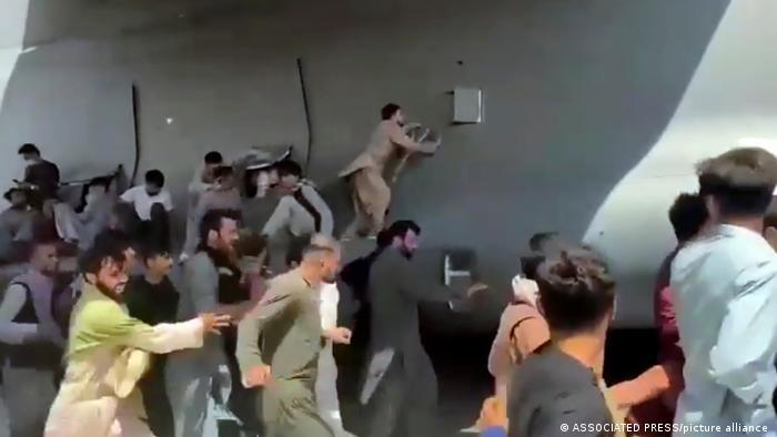 Warga Afganistan yang nekat bergantungan di badan pesawat AS