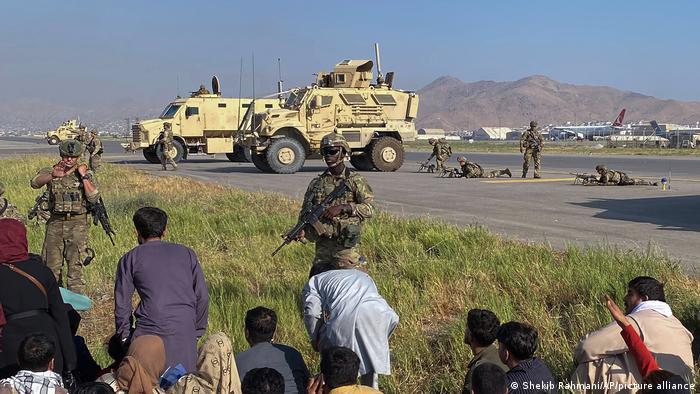 فرودگاه کابل هم اینک در اختیار سربازان آمریکایی است، سخنگوی پنتاگون گفته که فرماندهان نظامی مستقر در فرودگاه کابل در تماس مستقیم با نیروهای طالبان قرار دارند تا بر نظم و پرهیز از خشونت نظارت کنند.