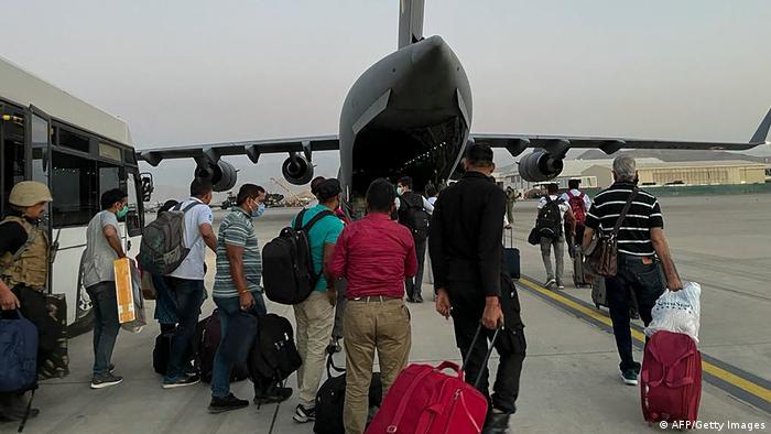 تصویر هواپیمای نظامی هند را نشان میدهد که در حال انتقال شهروندان این کشور از فرودگاه کابل پس از تسلط طالبان بر افغانستان است.