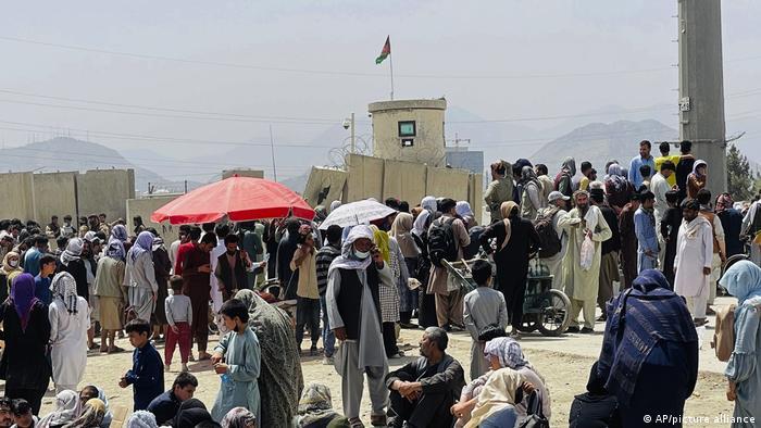 Afghanistan, Kabul | Hunderte Menschen warten vor dem Flughafen