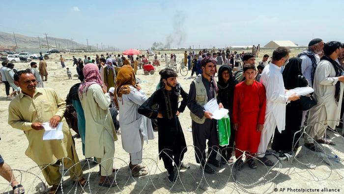 بحث در آمریکا پیرامون خروج سریع ۲۲ هزار نفر از افغانستان ادامه دارد. دولت آمریکا اعلام کرده که شمار سربازان مستقر در فرودگاه را به ۴ تا ۶ هزار نفر افزایش میدهد و با ساعتی یک پرواز، روزانه پنج هزار تا ۹ هزار نفر را از افغانستان خارج کند.