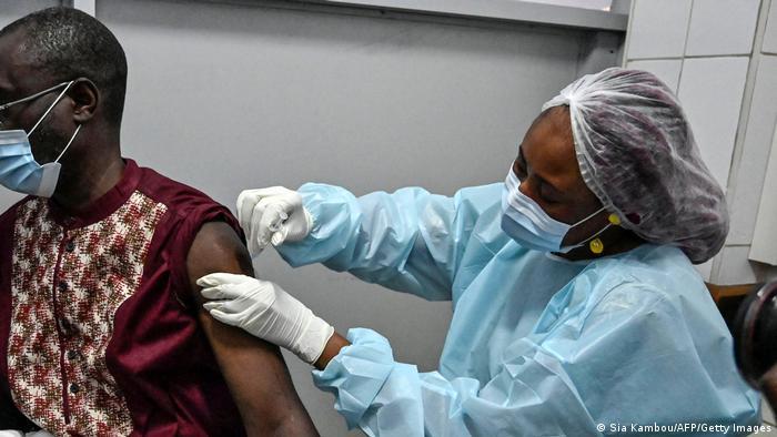 Prioridade deve ser vacinar 1,3 mil milhões de africanos, defende a Organização Mundial de Saúde
