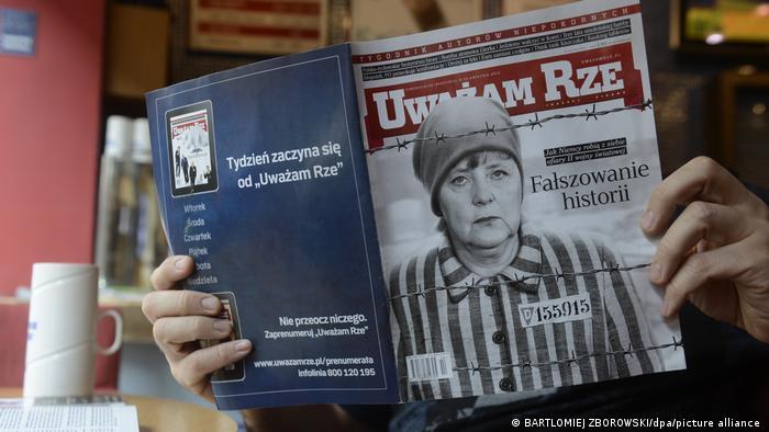 Паралели с нацисткия режим откриваме също и в полската преса. През 2013 година седмичникът Uwazam Rze излезе с колаж на заглавната си страница, показващ германската канцлерка в униформа на концлагеристка. Поводът беше документалният филм на обществената германска телевизия ZDF Нашите майки, нашите бащи, който беше посрещнат с вълна от критика в Полша, че фалшифицира историята.