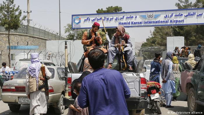 اما طالبان کنترل امور فرودگاه را به دست دارد. شاهدان عینی گفتهاند که شبهنظامیان در ایستگاههای بازرسی جلوی ورود مردم را میگیرند و آنها را با خشونت و ضرب و شتم میرانند.