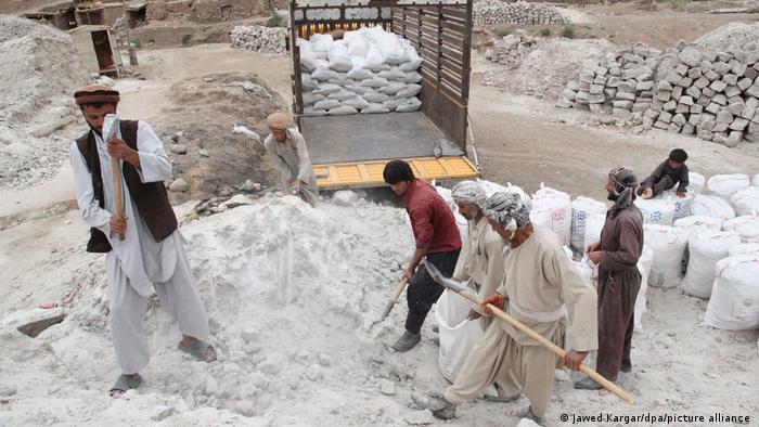Afghanistan Arbeiter graben nach Bodenschätzen