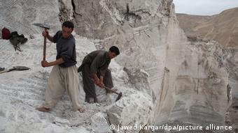 Рабочие горнодобывающей промышленности в горах Афганистана