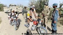 ARCHIV- Ein Dolmetscher der Bundeswehr (2.v.r.), Bundeswehrsoldaten (Hintergrund), afghanische Polizei (r) und Angehörige der Bürgerwehr unterhalten sich am 01.09.2011 im Distrikt Char Darreh bei Kundus an einem Checkpoint. Vor dem Ende des Kampfeinsatzes inAfghanistan bietet Deutschland deutlich mehr bedrohten Ortskräften die Aufnahme an als zunächst vorgesehen. Foto: Maurizio Gambarini/dpa (zu dpa 055 vom 29.10.2013) +++ dpa-Bildfunk +++