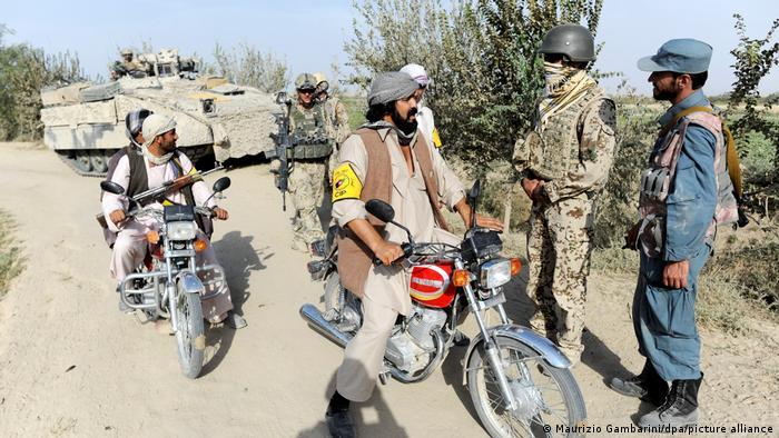 Ein in Diensten der Bundeswehr stehender afghanischer Dolmetscher (2. v. r.) bei einem Einsatz nahe Kundus